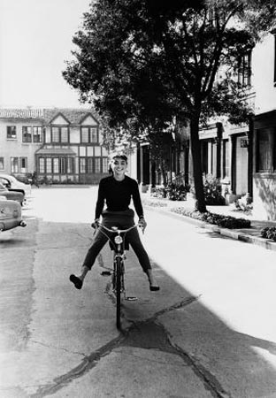 audrey-hepburn-pedal-pushing-reporting-for-makeup-during-filming-of-sabrina